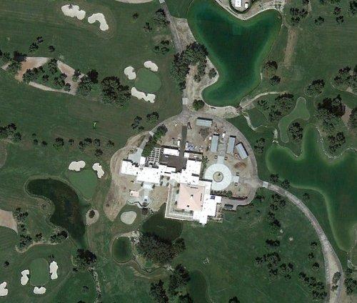 这是安纳伯格庄园的中心区域,有安纳伯格夫妇的寓所、宾客住所等,周边为绿茵遍地的高尔夫球场。图片来源:谷歌卫星地图