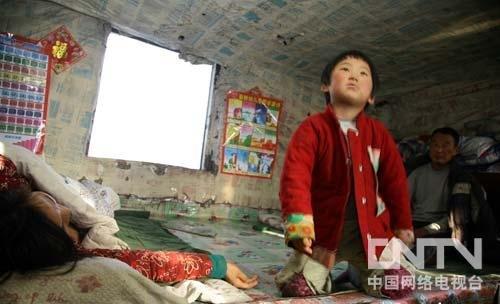 黑龙江4岁女童照料瘫痪双亲 零下17度穿拖鞋(组图)