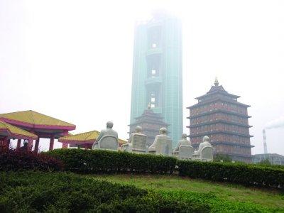 华西村公园内塑有毛泽东、邓小平等伟人的雕像,在其前方,落成不久的华西新农村大楼已成新名片。