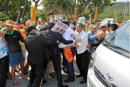 与那国岛当地居民拦防卫相车辆抗议