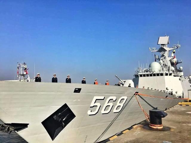中国海军第二十五批护航编队驶过新加坡、马六甲海峡