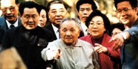 1992年,邓小平在深圳仙湖植物园奇花共欣赏。