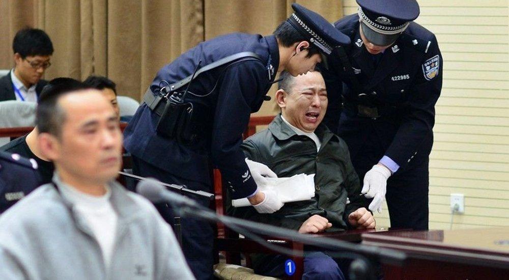 黑老大刘汉庭审现场情绪失控痛哭