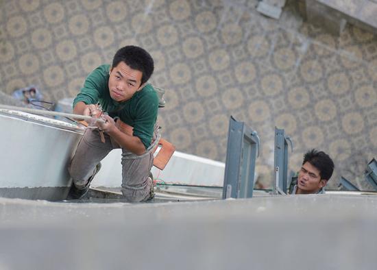 男童看动画嫌施工声太吵 割断安全绳工人悬8楼