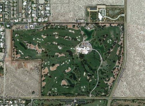 安纳伯格庄园位于加利福尼亚州兰乔米拉日地区,占地200英亩,地处沙漠边缘,周边有许多沙地。庄园内有高尔夫球场、人造湖泊、泳池等。在庄园北侧是游客中心,内有美丽的花园,占地15英亩。图片来源:谷歌卫星地图
