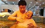 浴池里的感人一幕:儿子给爹洗澡