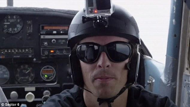 一男子无降落伞从飞机跳下 准确穿屋顶小洞到蹦床上
