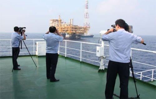 中国海监编队抵南沙群岛中部进行维权取证