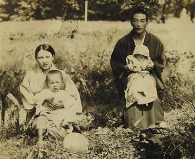 王林起小时候与父母的合影。