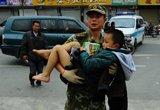 救援人员正在抢救受伤儿童