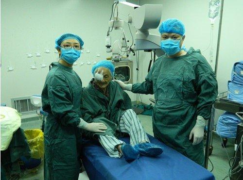老年白内障手术费用_成都101岁老人做白内障手术复明