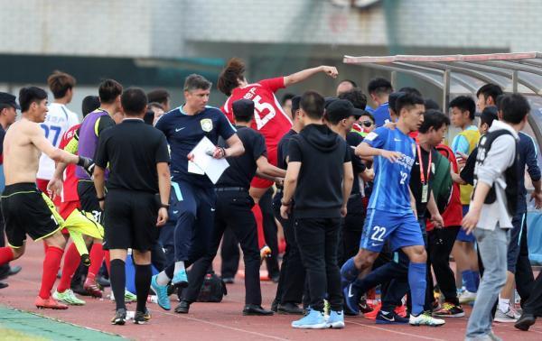 武汉宏兴围殴事件:拿板凳当武器 还抢记者手机