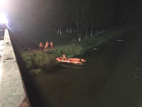 津蓟高速一载有30人的客车落水 已发现4人生还