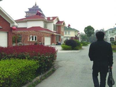 华西村村民的欧式别墅,对于华西村而言,这已是第二代别墅,此前他们分到的中式别墅里,现在住着新华西村人。