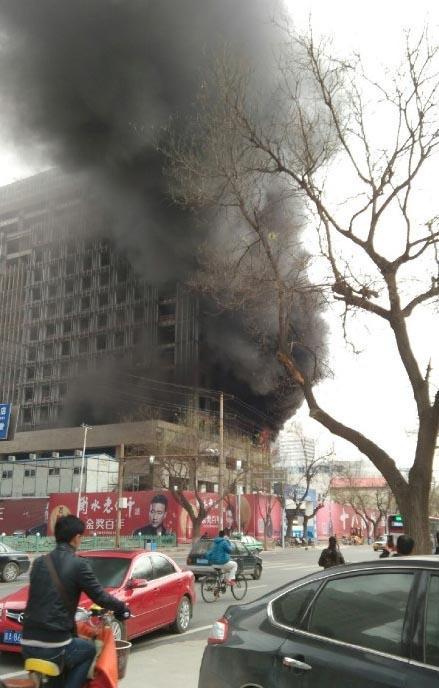 石家庄钻石广场附近发生火灾 人员伤亡不明