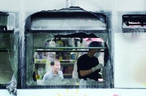 杭州公交燃烧事故现场多人合力砸车窗救人