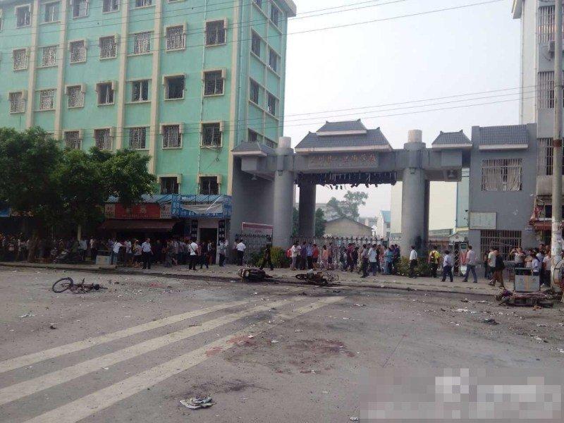 高清图—广西桂林灵川县八里街学校附近发生爆炸 场面惨烈