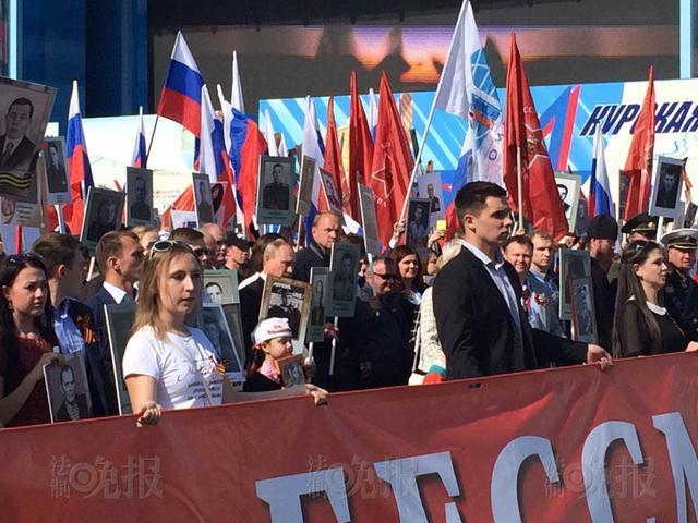 普京手举父亲照片参加莫斯科20万人游行(图)