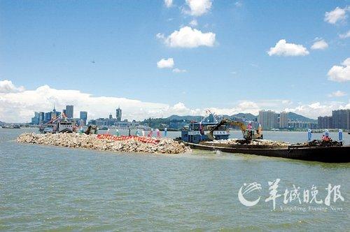 港珠澳大桥人工岛昨露出水面(图)