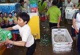 吉水县超市员工紧急转移受淹商品