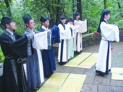 海外留学生倡议祭宗泽 90后穿汉服行祭礼(图)