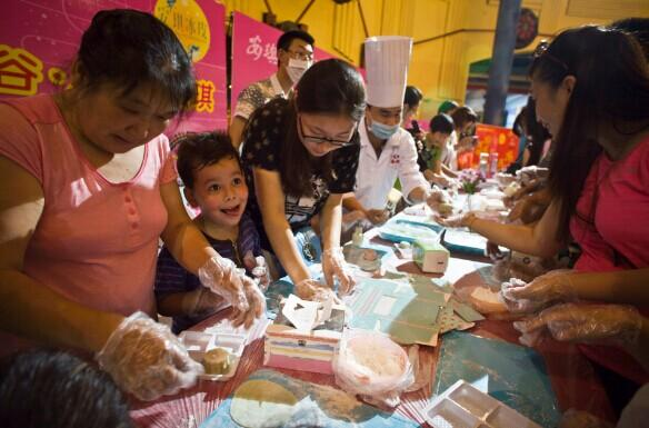 欢乐谷亲子月饼DIY 五岁混血萌宝抢镜