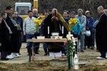 日本僧侣为集体埋葬的遇难者祈祷