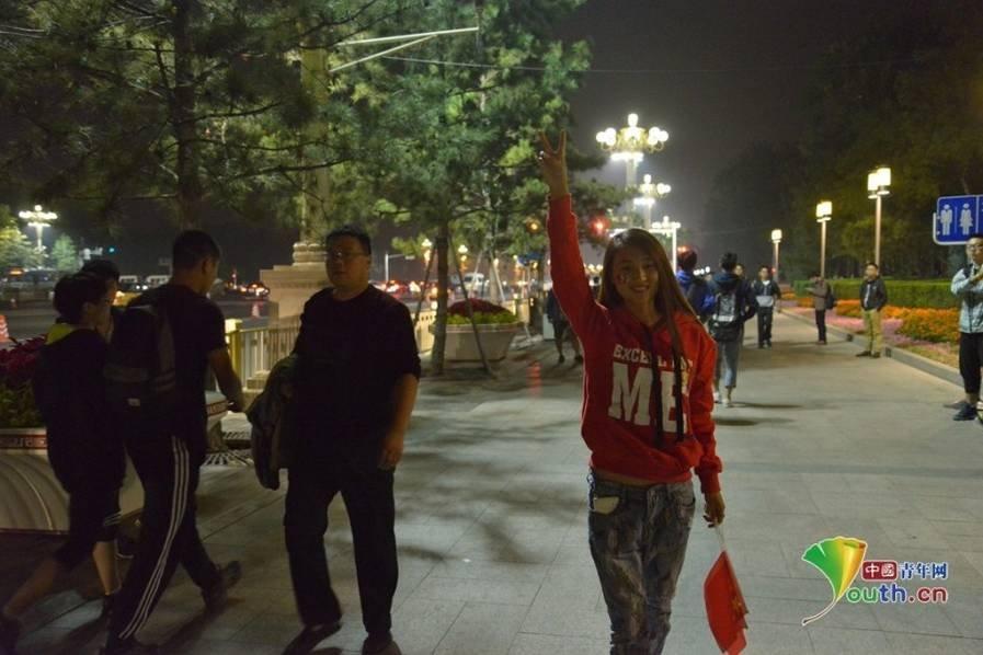 十一凌晨天安门广场游客等待升旗仪式 - 海阔山遥 - .