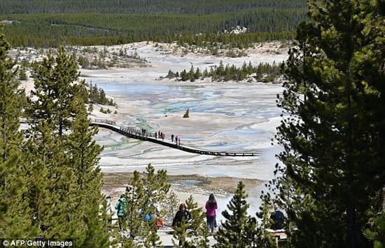 男子掉入美国黄石公园93℃温泉 或已死亡
