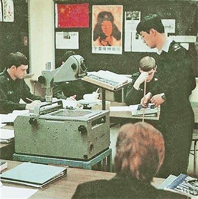 解放军报:雷锋画像曾张贴在西点军校课堂黑板上