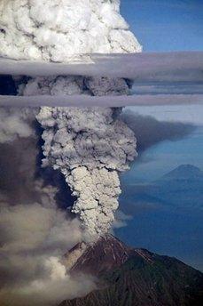 印尼默拉皮火山今日最大规模喷发 致35人死亡