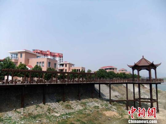 河南一珍稀植物园建成别墅群规划局长不知有无规划