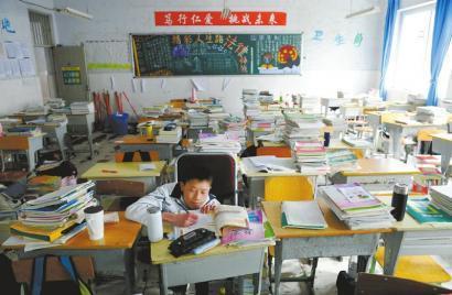 """四川""""蜗牛男孩""""不能行走 全班63名同学做双腿"""