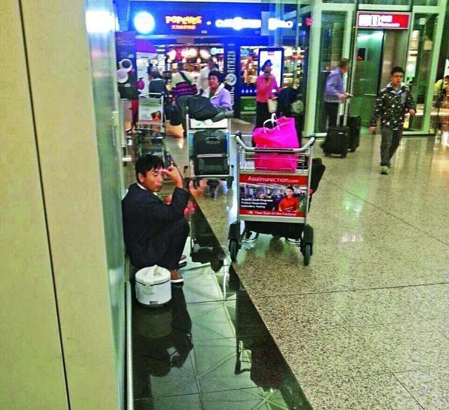 山东男子滞留香港机场 就地买米煮饭 - 暮色苍茫 - 赵破奴