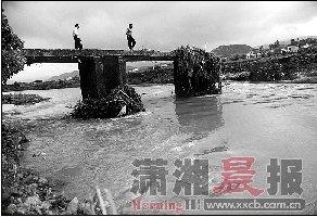 湖南平江母子三人遇难 母亲洪水中紧抱两儿子