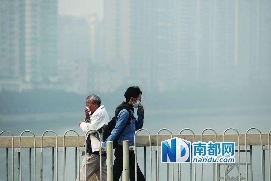 <p>    昨天,广州大桥上两人掩鼻而行,他们身旁的江面一片灰蒙蒙。当天空气重污染再次袭击珠三角地区,广州、佛山、东莞等珠三角多个地市出现灰霾天气,空气质量普遍在中度污染以上,广州甚至一度出现市中心区六成监测点空气质量指数呈现重度污染的情况。 南都记者 冯宙锋 摄</p>
