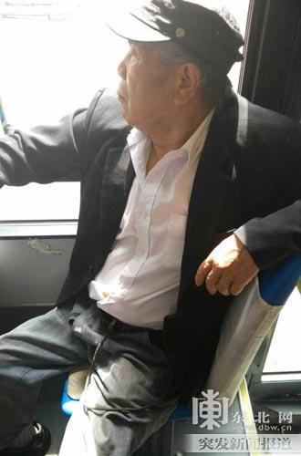 女孩公交上因低头玩手机未让座 遭老人扇耳光