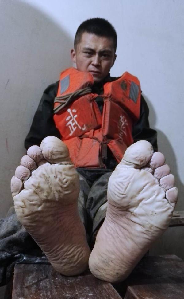 90后抗洪战士双脚被泡得失去知觉:不敢告诉妈妈