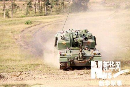 解放军上士比武中驾驶40余吨自行火炮高速漂移
