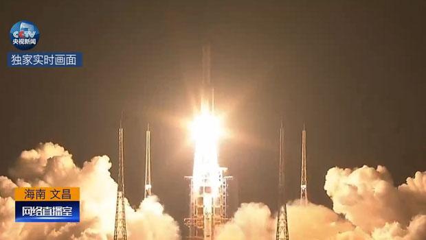 长征五号运载火箭在海南文昌航天发射场点火升空