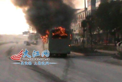 江西新余公交车突发大火 无人员伤亡(图)