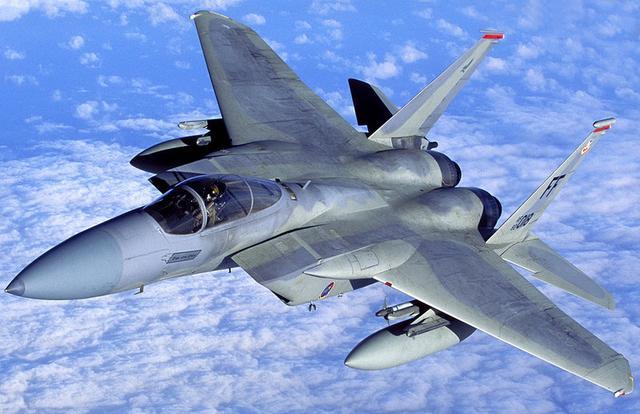 �f�_日媒:驻日美军f-15战机训练时座舱盖脱落
