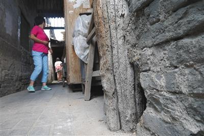 """北京西城区""""清单危房""""木质朽烂仍有人租住"""
