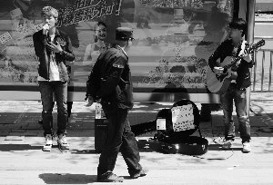 韩国留学生北京街头唱歌为雅安灾区募捐1841元