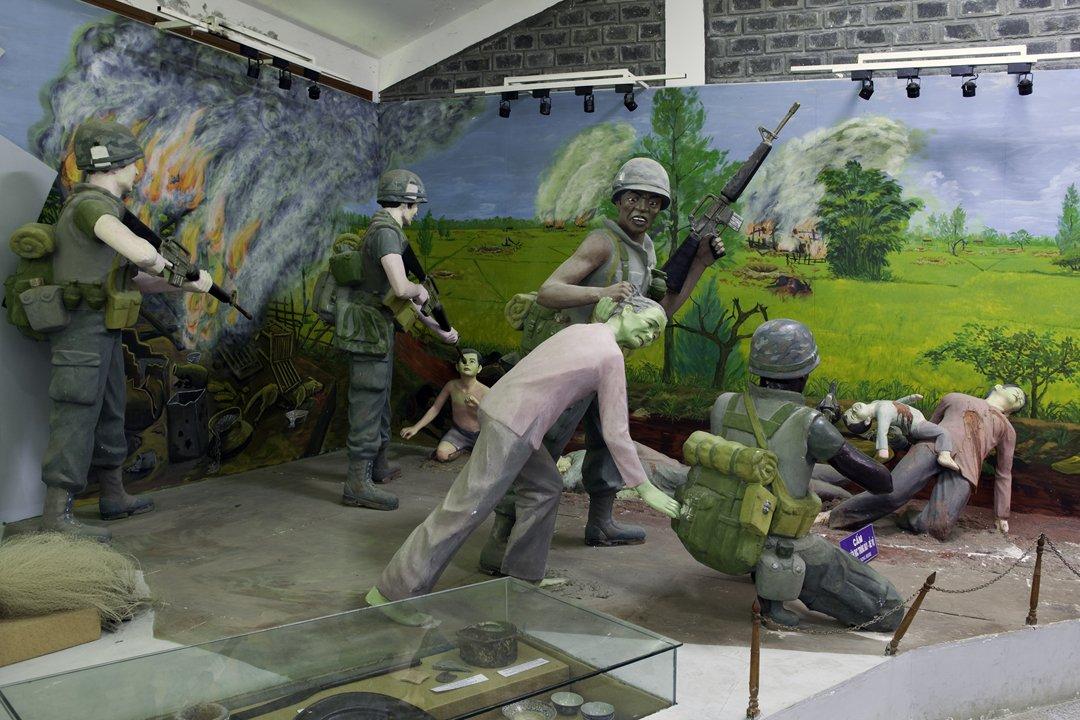 位于越南中部的美莱博物馆,在展示美军屠杀越南平民的立体塑像还原图。美军曾在美莱村杀死许多平民。摄影/Sam Sweezy