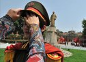 年青人在辛亥革命博物馆前穿着革命军服饰拍纪念照