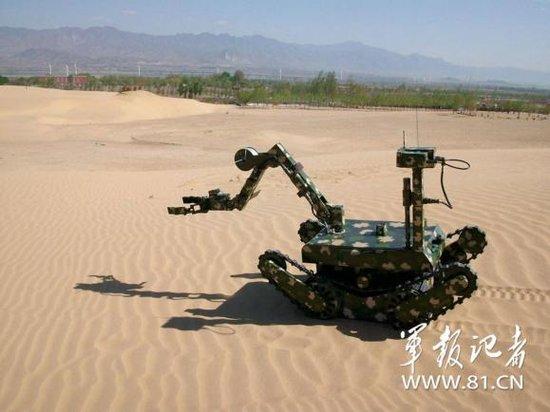 沈飞排爆机器人可遥控发射武器 将开发潜水功能
