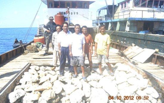 中菲三船在黄岩岛对峙 中方称菲方勿拉他国卷入