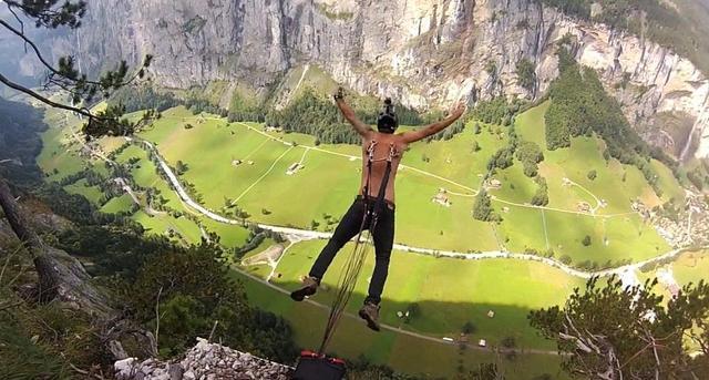 疯狂跳伞者铁钩穿肉挂降落伞 跳下400米悬崖