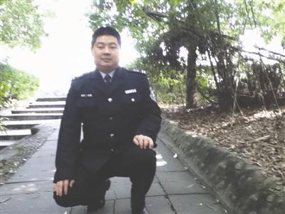 """电子科大""""扫地僧"""":当了17年保安 如今硕士毕业"""